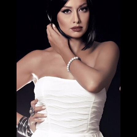 Sadaf en vestido blanco