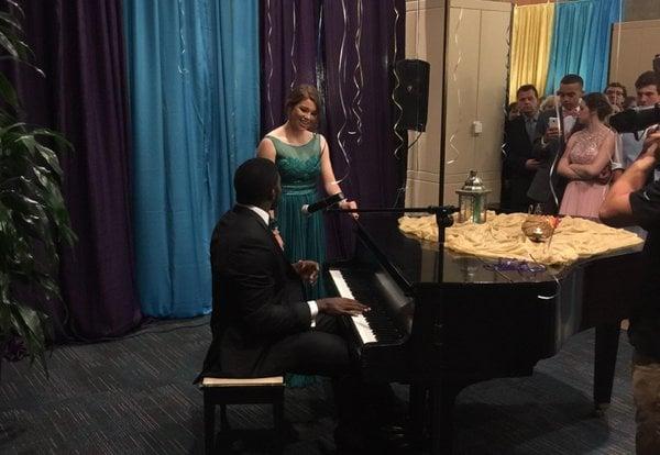 Pianista canta a una chica