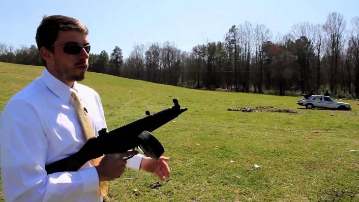 Hombre con ametralladora