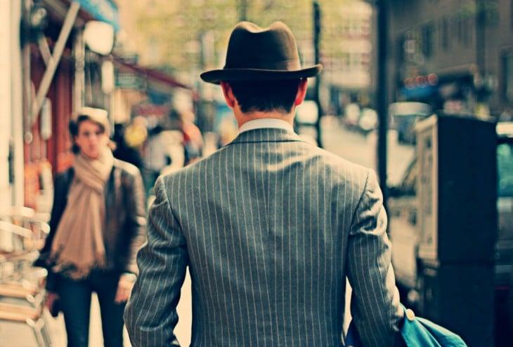 hombre con sombrero caminando