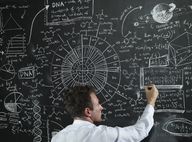Profesor escribiendo en el pizarrón