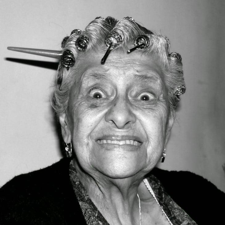 Mujer con tubos en la cabeza