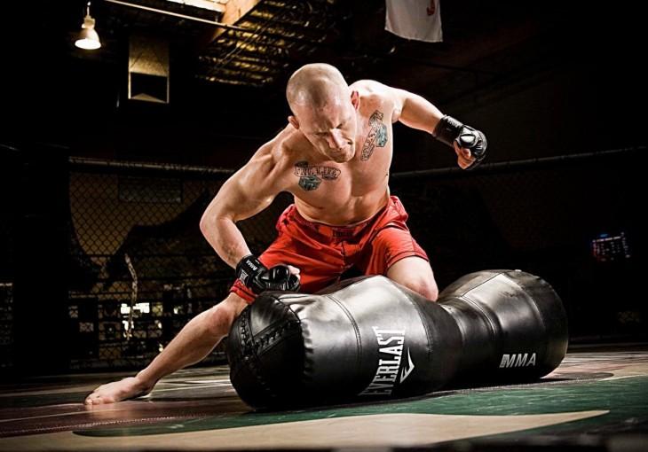 Hombre golpea saco de box