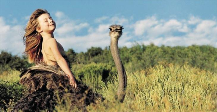 Tippi en una avestruz