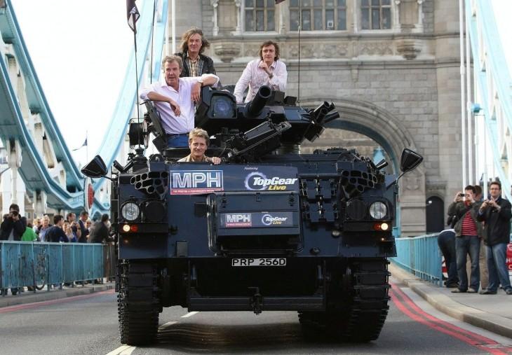 integrantes de top gear en un tanque por la ciudad