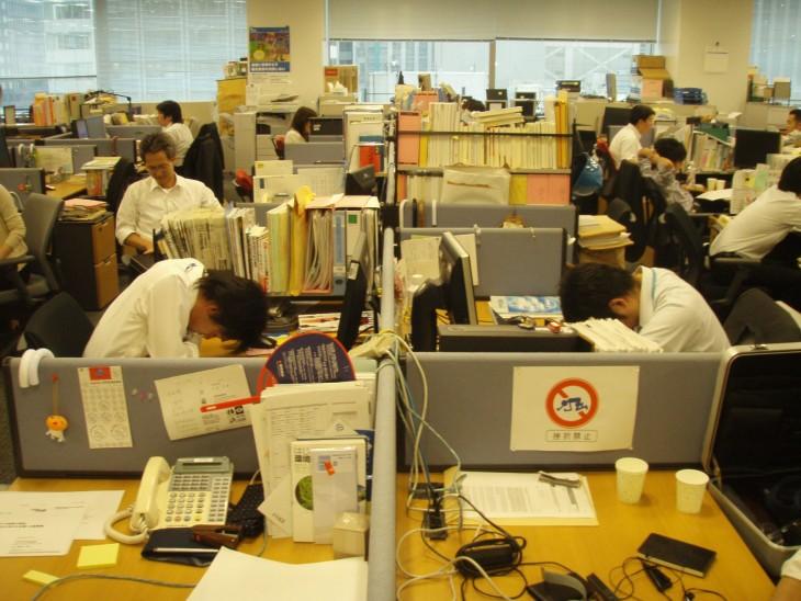 Trabajadores cansados en la oficina