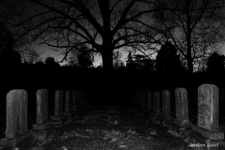 tumbas en la noche