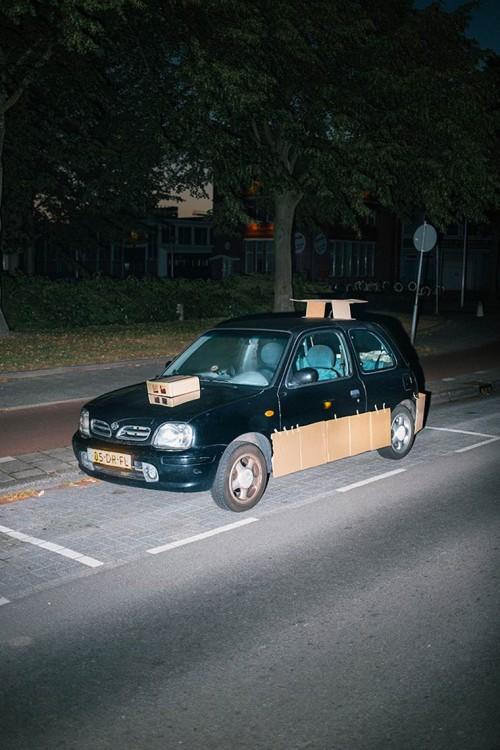 Auto negro tuneado con cartón