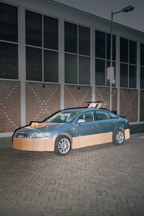 Auto azul tuneado con cartón