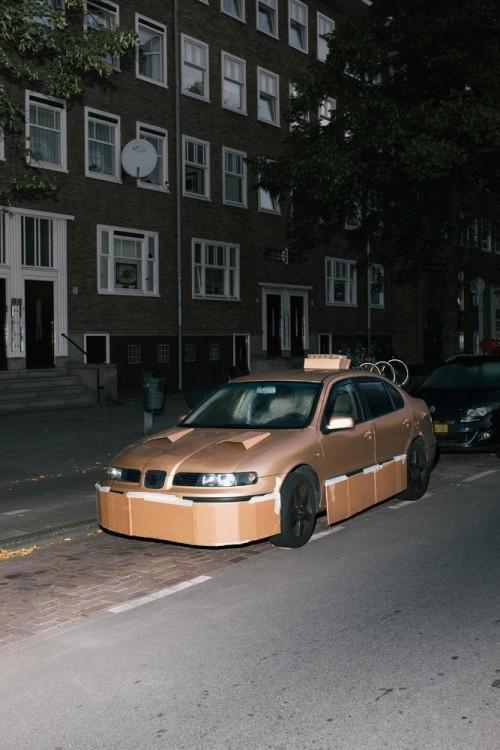 Auto dorado tuneado con cartón