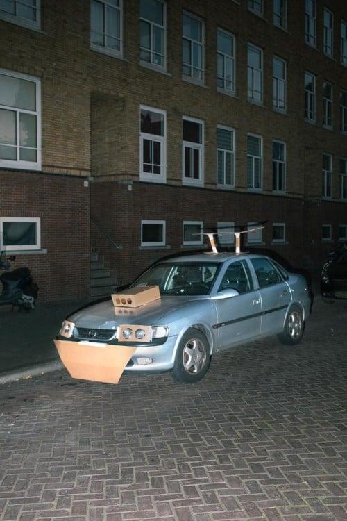 Auto plateado tuneado con cartón