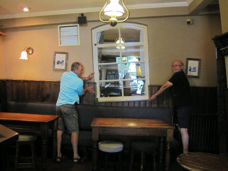 Ventana inclinada en el bar torcido