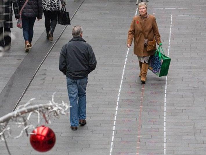 mujer caminando por vía rápida de liverpool