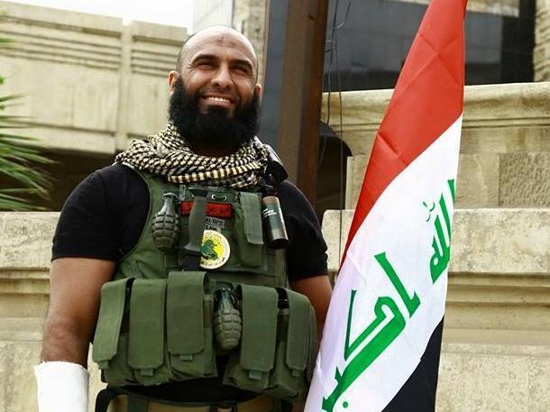 Abu Azrael con bandera