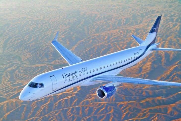 Avión privado volando sobre el desierto