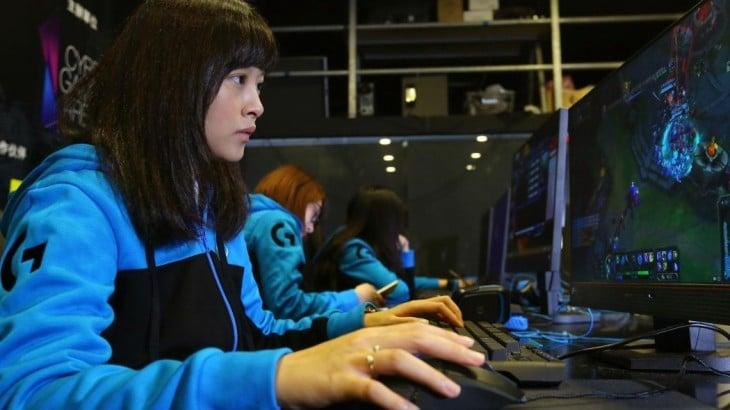mujer asiática jugando en línea