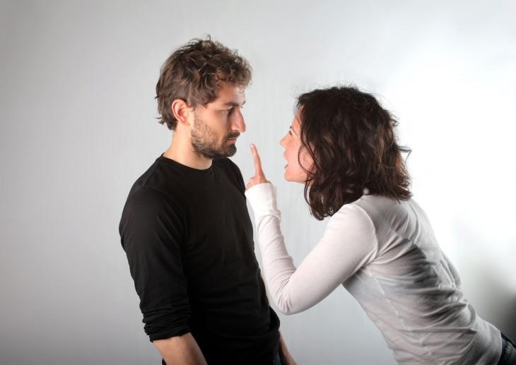 mujer gritándole a su pareja