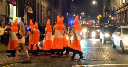 Se disfrazan de conos de tráfico y bloquean el tránsito en las calles