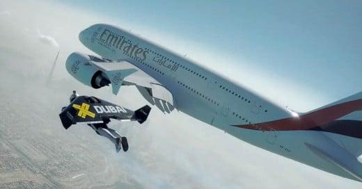 Dos hombres en Jetpacks vuelan junto al avión más grande del mundo. ¡Solo en Dubai!