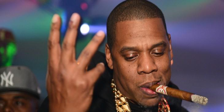 Jay-Z fumando un habano