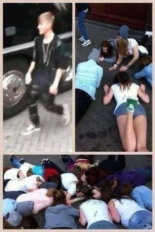 fans besan el suelo donde pisó Justin Bieber