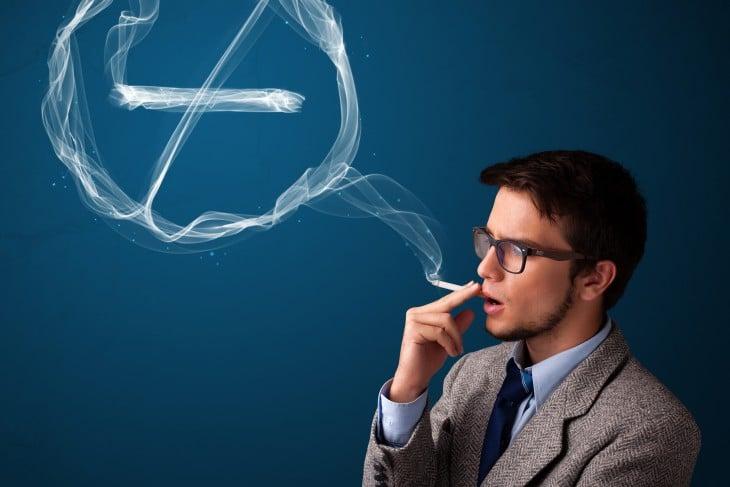 persona fumando