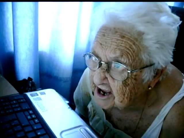 Abuela mira la computadora