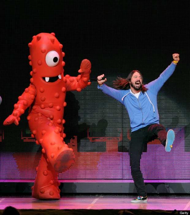 Dave Grohl baila con muñeco rojo
