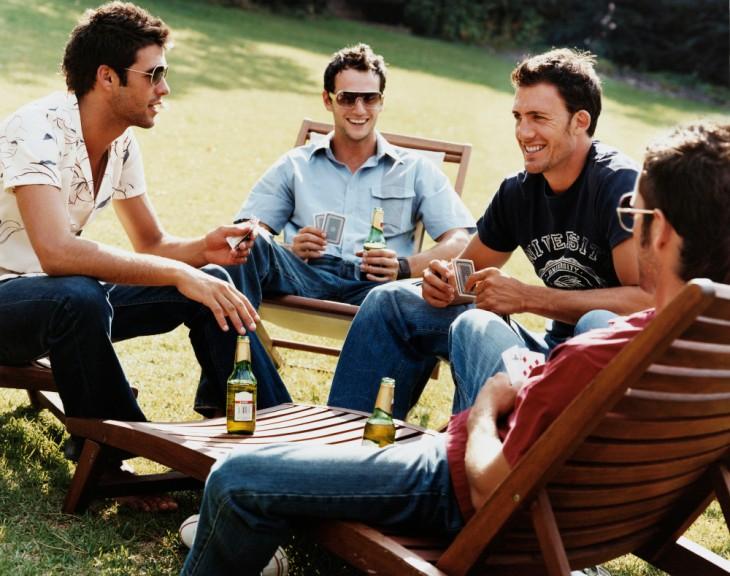 Amigos conversando en jardín