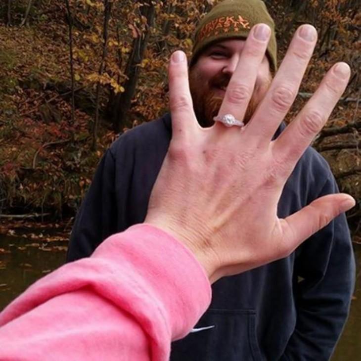 Luciendo el anillo de compromiso