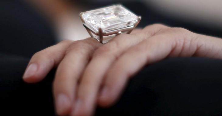 Anillo de diamantes gigante