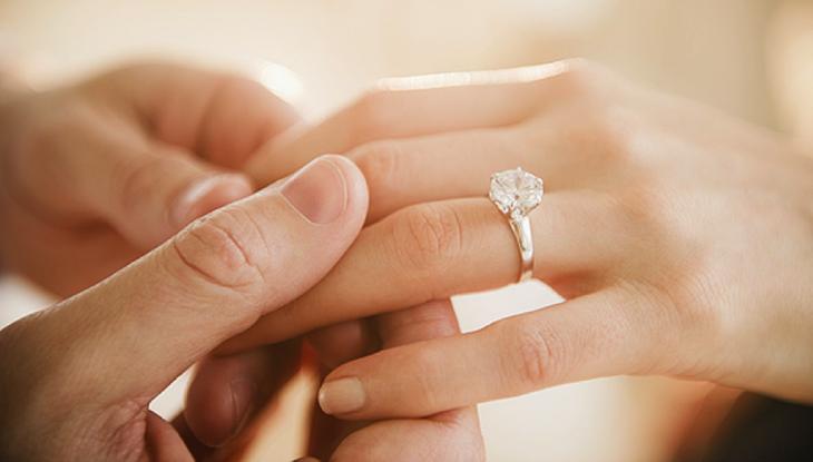 Coloca el anillo de compromiso