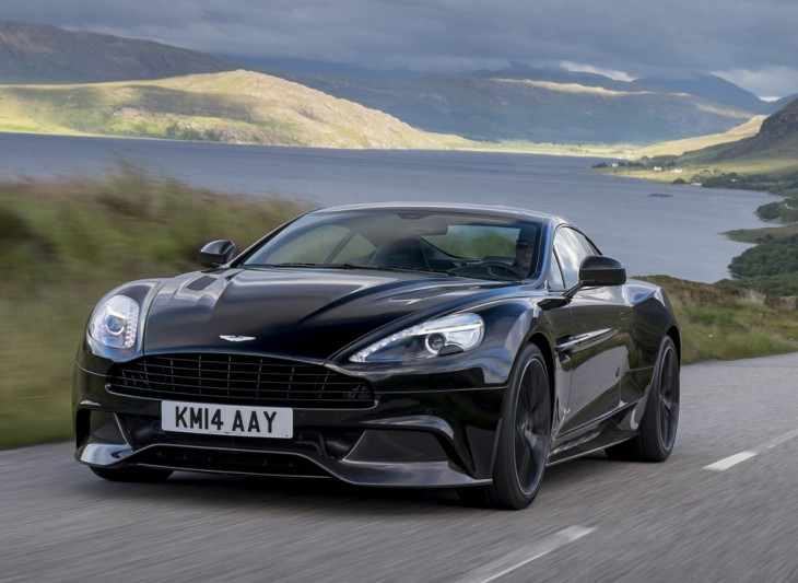 Aston Martin negro en carretera