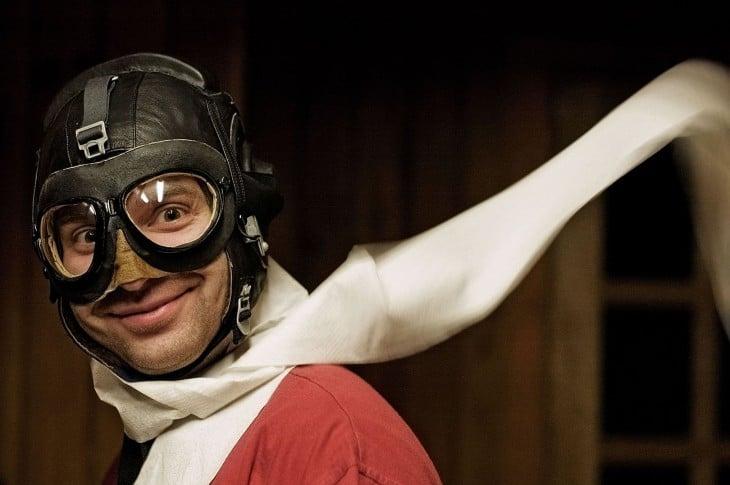 Aviador con bufanda de papel