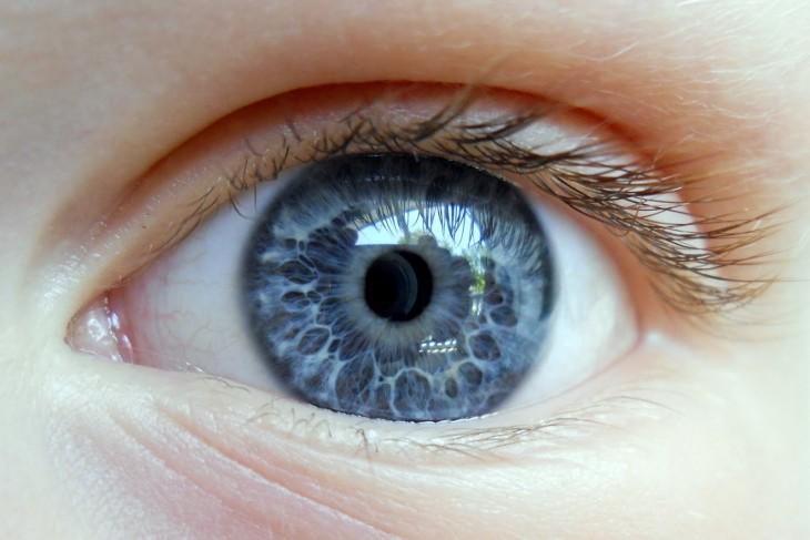 Ojo azul mirando