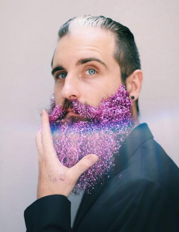 Hombre con barba brillante