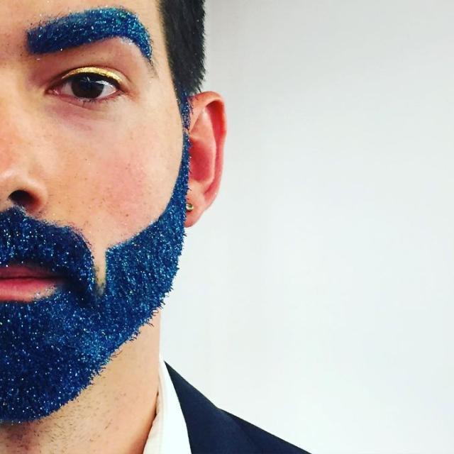 Hombre con barba y ceja azul