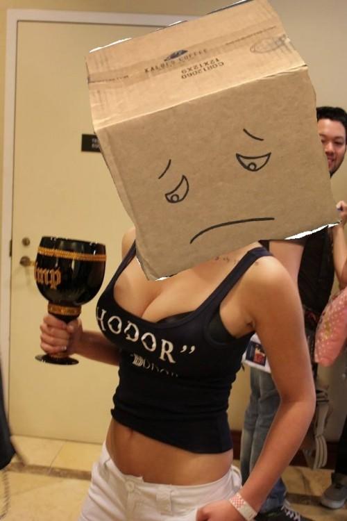 Caja de cartón en la cabeza de una mujer