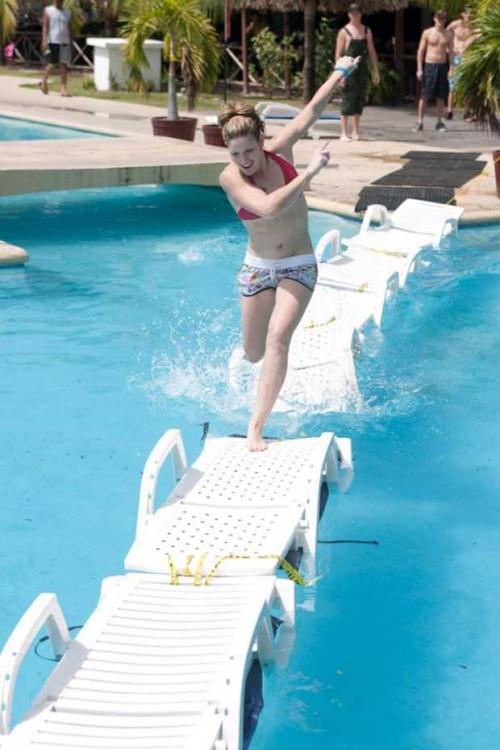 Corriendo sobre sillas de piscina