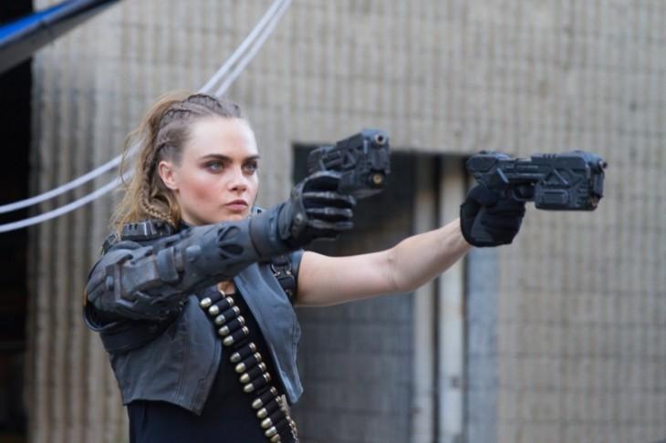 cara delevinge con pistolas en trailer del nuevo call of duty black ops 3