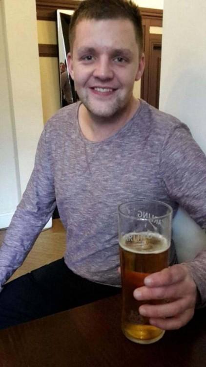 Jonny con tarro de cerveza en la mano.