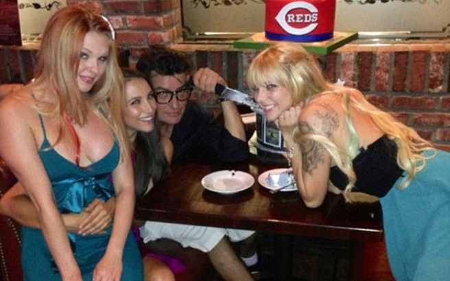 Charlie Sheen con mujeres
