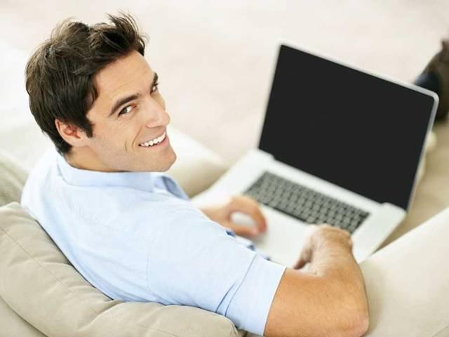 Hombre con la computadora apagada
