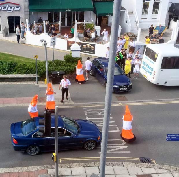 bloqueando el transito vestidos de conos de transito