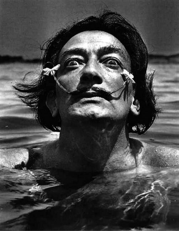 Dalí con flores en el bigote