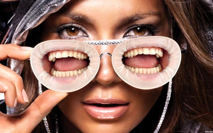 JLo con lentes de bocas