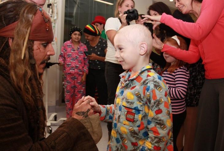 Jhonny Depp con niño enfermo