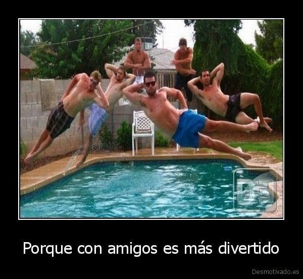 Hombres saltando a la piscina
