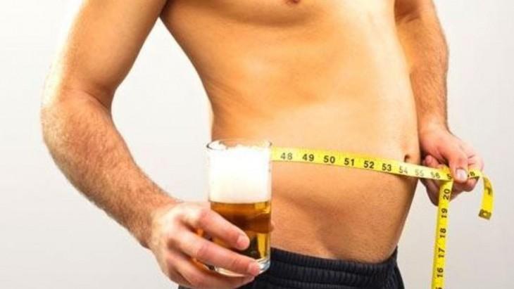 Hombre con cerveza y barriga abultada