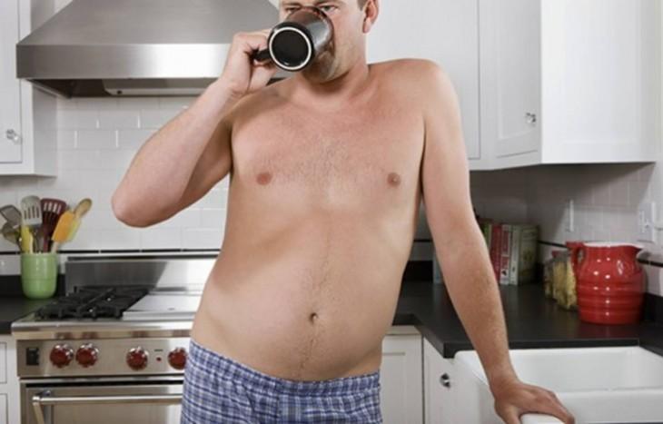hombre en calzones bebe café